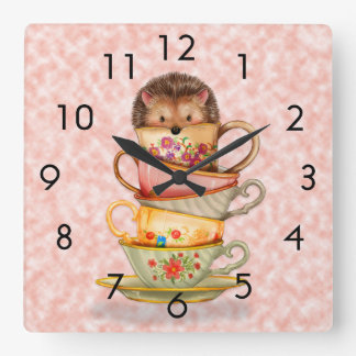 Erizo y tazas de té coloridas en el reloj de pared