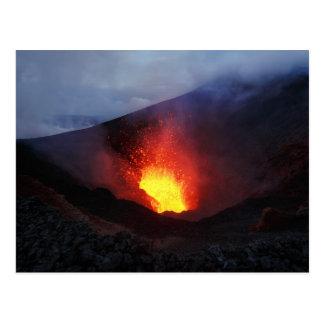 Erupción volcánica de la noche hermosa postal