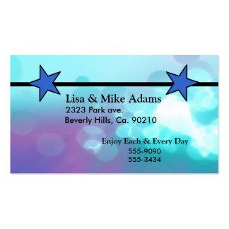 Es estrellas azules de un muchacho fijadas tarjetas de visita