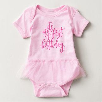 Es mi escritura manuscrita rosada del primer body para bebé