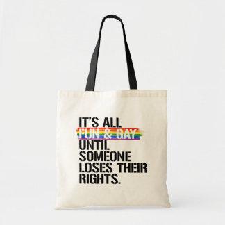 Es toda la diversión y gay hasta que alguien bolso de tela