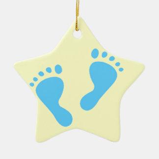 Es un muchacho - pies del bebé azul adorno navideño de cerámica en forma de estrella