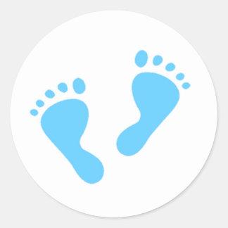 Es un muchacho - pies del bebé azul pegatina redonda