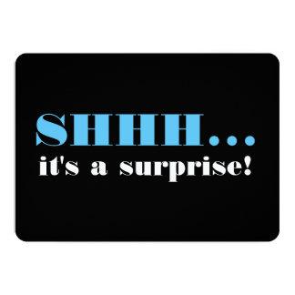 Es una fiesta de cumpleaños de la sorpresa invitación 12,7 x 17,8 cm