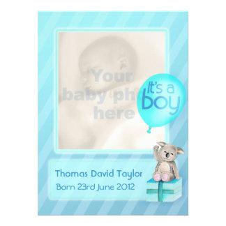 Es una tarjeta recién nacida de la invitación del