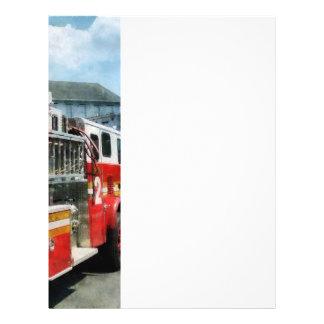 Escalera larga en el coche de bomberos tarjeta publicitaria