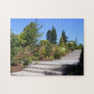 Escaleras de piedra con rompecabezas del jardín