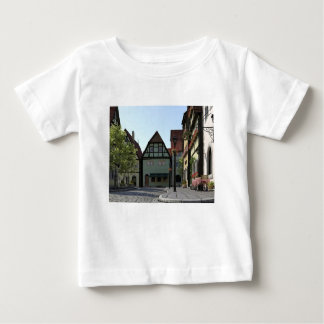 Escena bávara de la esquina de calle de la ciudad camiseta de bebé