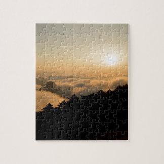 Escena de la puesta del sol en una montaña de puzzle