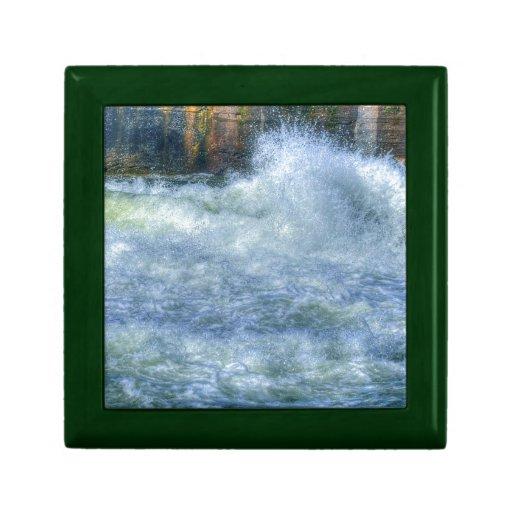 Escena de precipitación de la naturaleza del río d caja de regalo