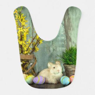 Escena del conejito y del huevo de pascua babero