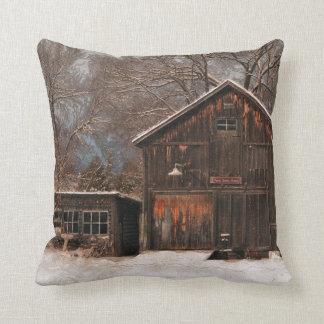 Escena rústica de la nieve del vintage del granero cojin