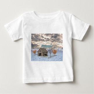 Escena temprana del granero del invierno camiseta de bebé