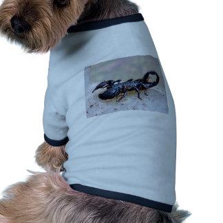 Escorpión negro camiseta de perro