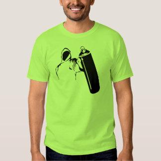 Escritor de la pintada con la plantilla de la camiseta