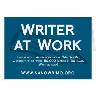 Escritor en la muestra de la tabla de trabajo felicitaciones