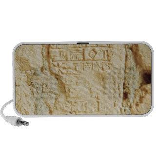 Escritura cuneiforme en una pared del palacio altavoz de viajar