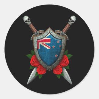 Escudo y espadas gastados de la bandera de Nueva Etiquetas Redondas
