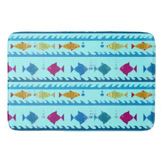 Escuela de pescados en alfombra de baño