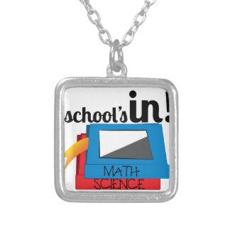 Escuelas adentro collar plateado