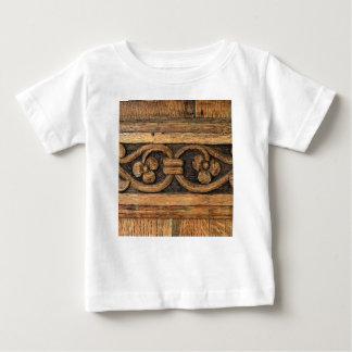 escultura de madera del panel camiseta de bebé