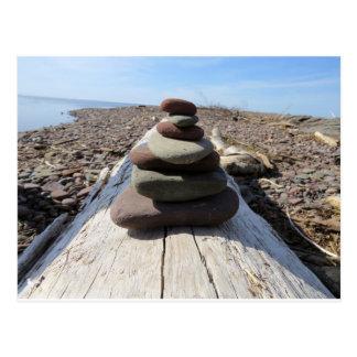 Escultura roja de la meditación de la roca postal