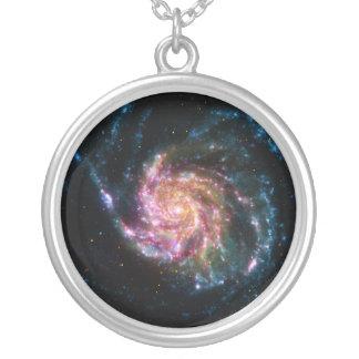 Espacio del espiral de la galaxia del molinillo de collar plateado