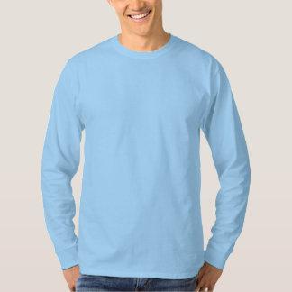 Espacio en blanco azul claro de la camiseta larga