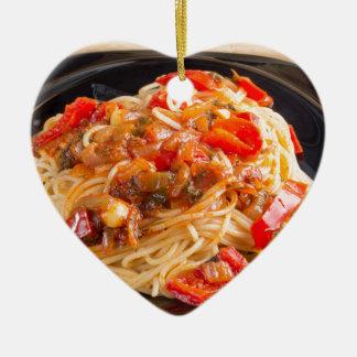 Espaguetis de las pastas con la salsa vegetal adorno de cerámica