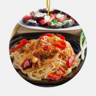 Espaguetis de las pastas con los pedazos de adorno de cerámica