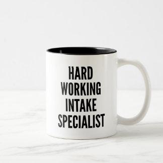 Especialista de trabajo duro de la toma taza de café de dos colores