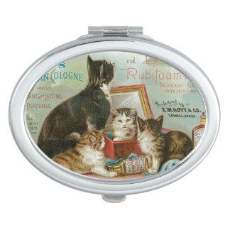 Espejo compacto con el anuncio del vintage