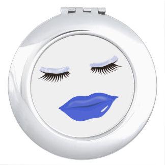 Espejo compacto redondo de los labios azules