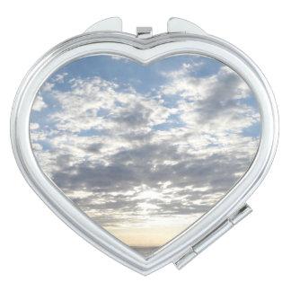 Espejo del acuerdo del corazón del cielo nublado