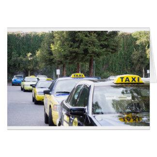 Espera de los taxis en una fila para los pasajeros tarjeta de felicitación