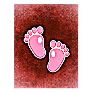 espera linda de los pies de las huellas de la niña postal