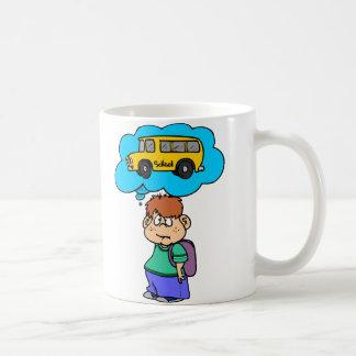Esperar el autobús escolar taza