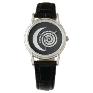 Espiral de plata de la luna en negro reloj de mano