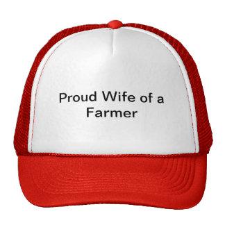 Esposa orgullosa de un gorra del granjero