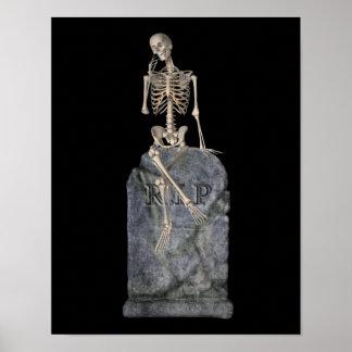 Esqueleto divertido en la piedra sepulcral Hallowe Posters