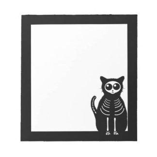 Esqueleto lindo del gato del dibujo animado de bloc de notas