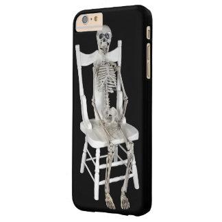 esqueleto que se sienta en la silla blanca funda barely there iPhone 6 plus