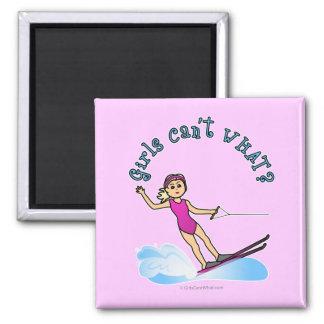 Esquiador de sexo femenino rubio del agua imán cuadrado