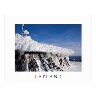 Esquís en una estación de esquí, postal blanca del