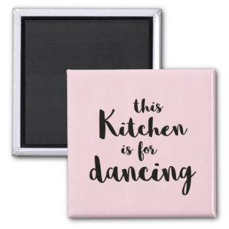 Esta cocina está para bailar caligrafía rosada imán