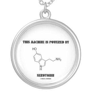 Esta máquina es accionada por la serotonina (la collar plateado