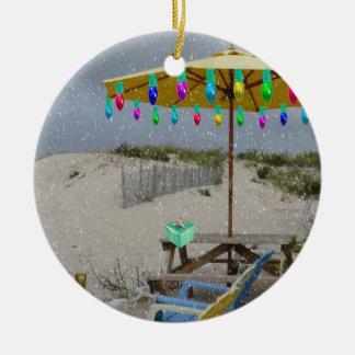 Está nevando en mi ornamento de la silla de playa adorno redondo de cerámica