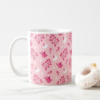 Estampado de flores rosado de los pájaros del amor taza de café