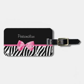 Estampado de zebra de moda y cinta rosada con etiquetas para maletas