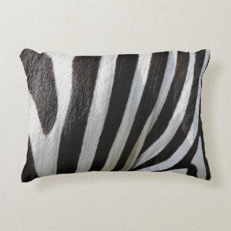 Estampado de zebra negro y blanco de la almohada